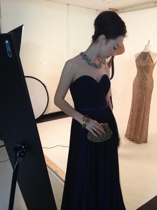 新作のネイビーカラーのドレス